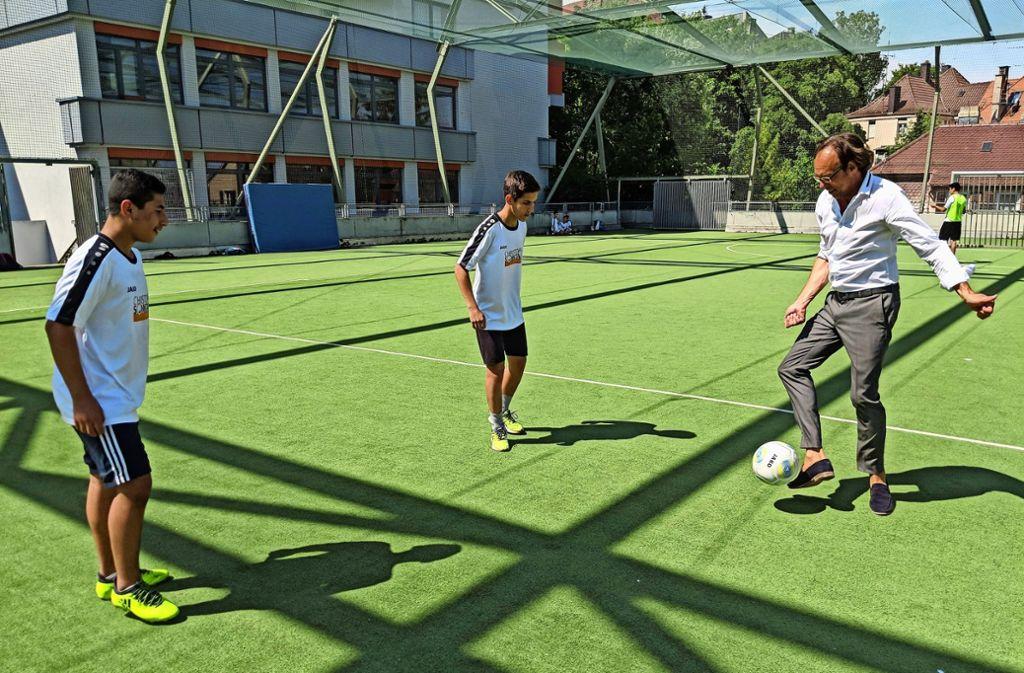 Christoph Sonntag hat auch kurz mit den Schülern gekickt, trotz Hitze. Foto: Jürgen Brand