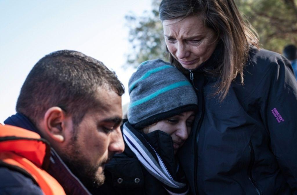 Katrin Göring-Eckardt, Fraktionsvorsitzende der Grünen im Bundestag, tröstet am 29. Oktober auf Lesbos eine Frau, die mit anderen Flüchtlingen an einem Strand im Norden der Insel angekommen ist. Foto: Foto: dpa