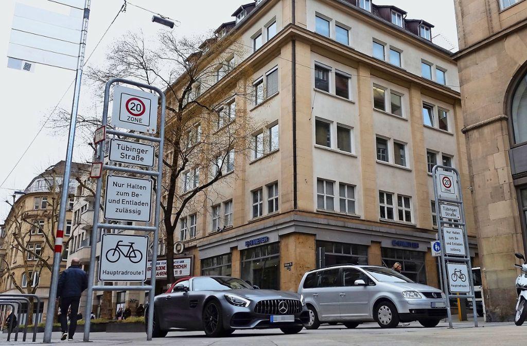 Eigentlich sind in der Tübinger Straße Fußgänger, Radler  und Autofahrer gleichberechtigt – doch die Realität sieht anders aus. Foto: Hans Jörg Wangner