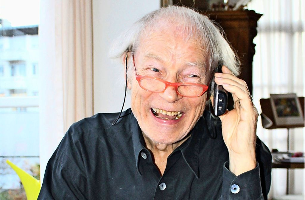 Frank Fränzi Schneider versucht, ein guter Zuhörer zu sein.  Der Telefonanruf ist der erste Kontakt, dann folgen persönliche Begegnungen. Foto: Caroline Holowiecki