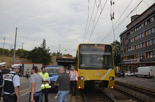 Kieslaster blockiert Stadtbahnen