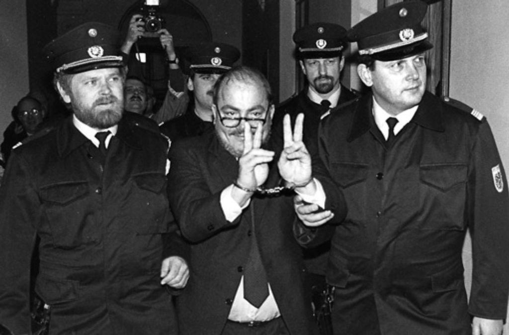 Udo Proksch im Jahr 1991 auf dem Weg in den Gerichtssaal. Er wurde wegen sechsfachen Mordes zu lebenslanger Haft verurteilt. Foto: dpa