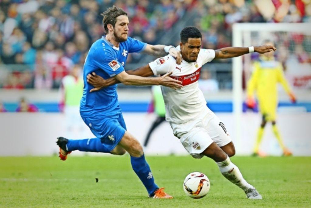 Auf Distanz gehalten: der VfB-Spieler Daniel Didavi (rechts) behauptet sich gegen den Darmstädter Peter Niemeyer. Foto: Baumann