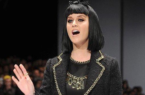 Katy Perry läuft im Kleinen Schwarzen