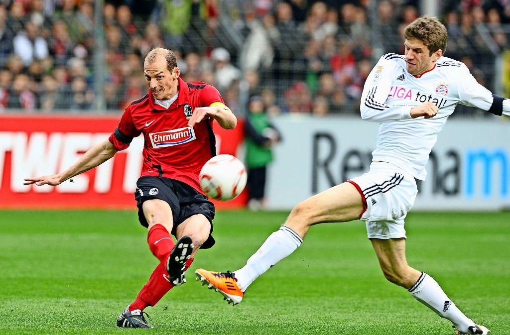Früher  als Profi  im Trikot des  SC Freiburg  gegen den FC Bayern München und   Thomas Müller (rechts) aktiv: Oliver Barth Foto: dpa