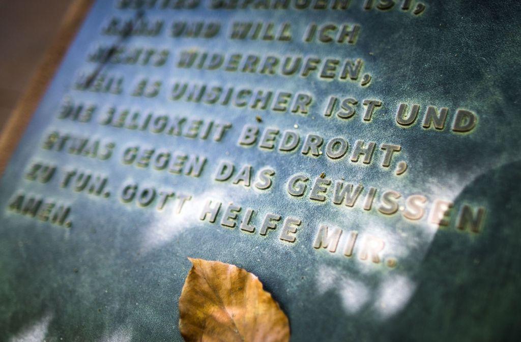 Die Bronzetafel erinnert  in Worms an die Worte, mit denen Martin Luther im Jahr 1521 vor Kaiser Karl V. seine Schriften verteidigte. Foto: dpa