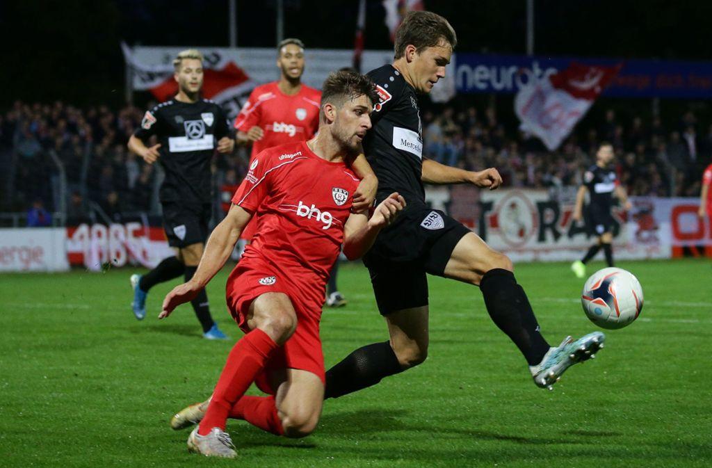 VfB-Akteur Florian Kleinhansl (rechts) kämpft mit Reutlingens Janick Schramm um den Ball. Foto: Pressefoto Baumann/Hansjürgen Britsch