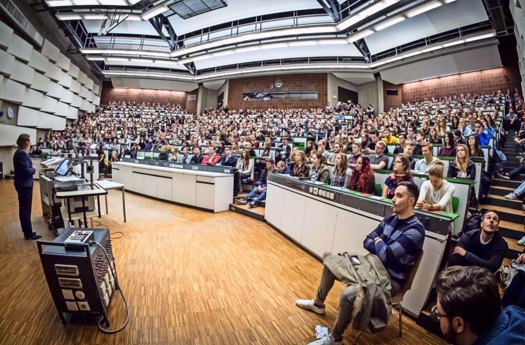 Drangvolle Enge im Hörsaal der Uni Hohenheim, wo Prorektorin Iris Lewandowski die Erstsemester begrüßt Foto: Lichtgut/Achim Zweygarth