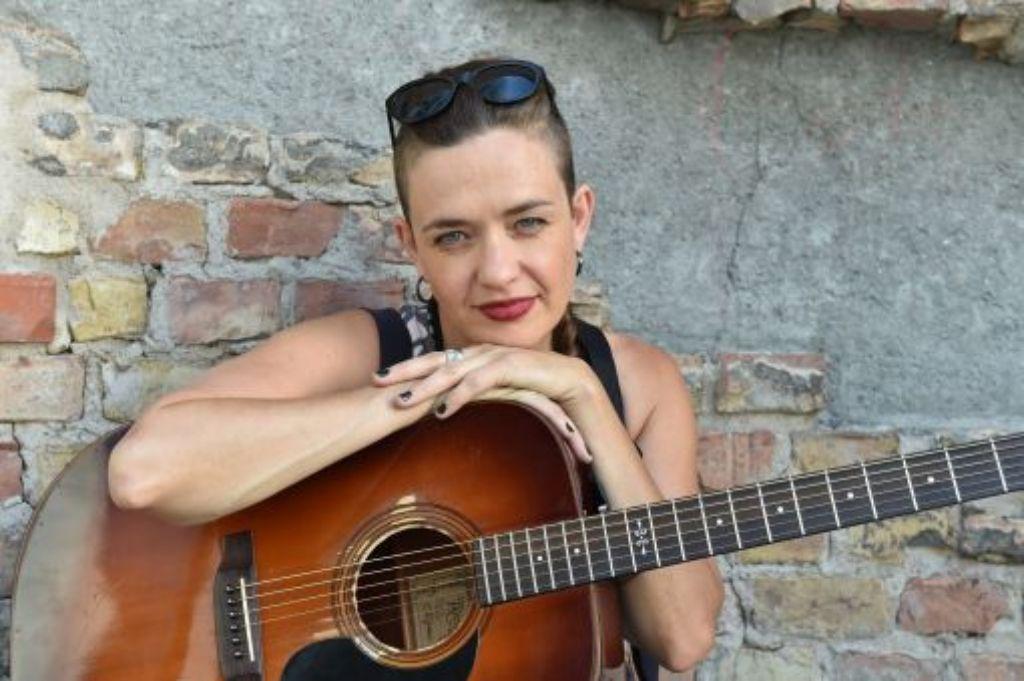 Ohne Gitarre läuft bei Sally Grayson nichts. Foto: The Voice of Germany