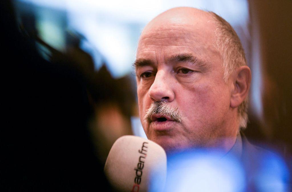 Der stellvertretende Leiter der Kriminalpolizeidirektion Bernd Belle bei der Pressekonferenz in Freiburg . Foto: dpa