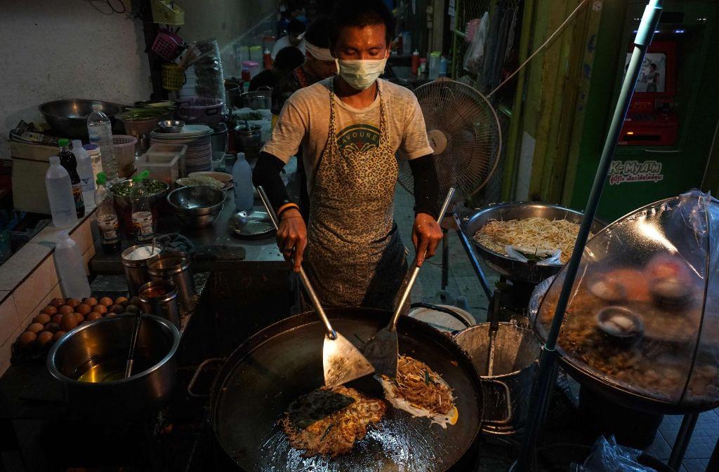 In Bangkok sollen die Garküchen am Straßenrand abgeschafft werden. Foto: AFP