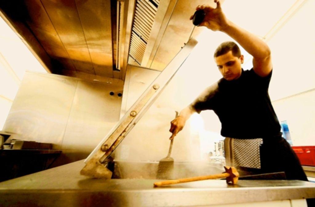 Wenn es in einer Großküche Probleme gibt, sind viele Menschen betroffen. Doch das kommt selten vor. Foto: dapd