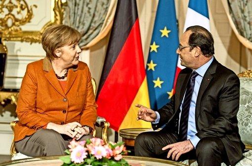 Angela Merkel  braucht bei ihrer Flüchtlingspolitik auch Frankreichs Präsident Hollande an ihrer Seite. Ob das gelingt, ist unsicher. Foto: dpa