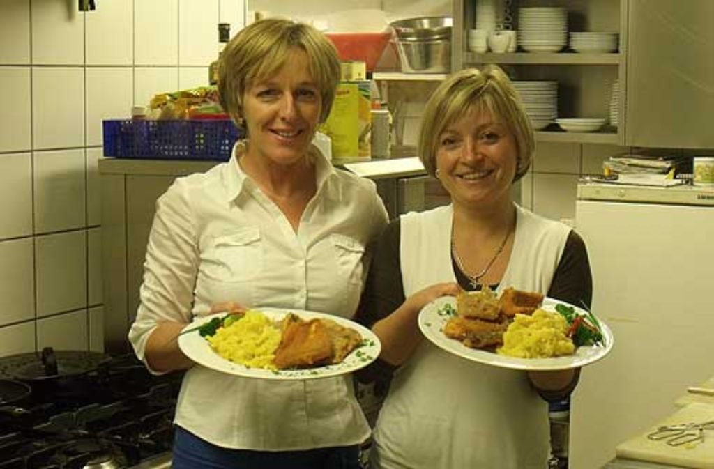 Ein einfaches, aber wirksames Erfolgsrezept: Priska (links) und Claudia Maurer kochen so, wie sie auch selber gerne essen. Foto: Heinz Siebold