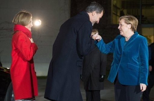 Angela Merkel (rechts) empfängt das spanische Königspaar.  Foto: dpa