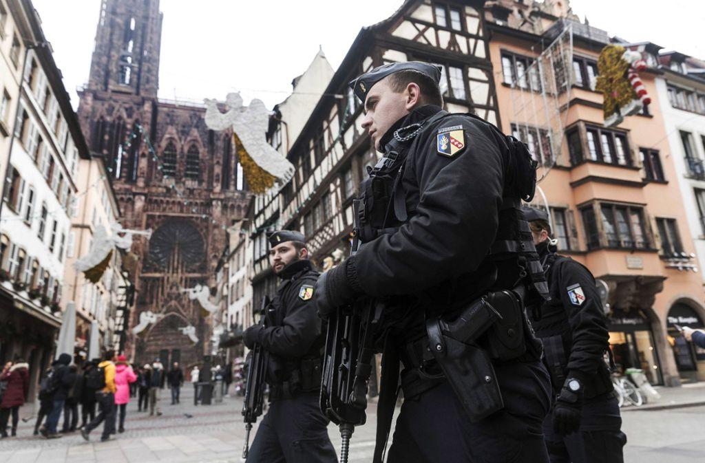 Schwer bewaffnete Polizisten sichern die Innenstadt von Straßburg. Foto: AP