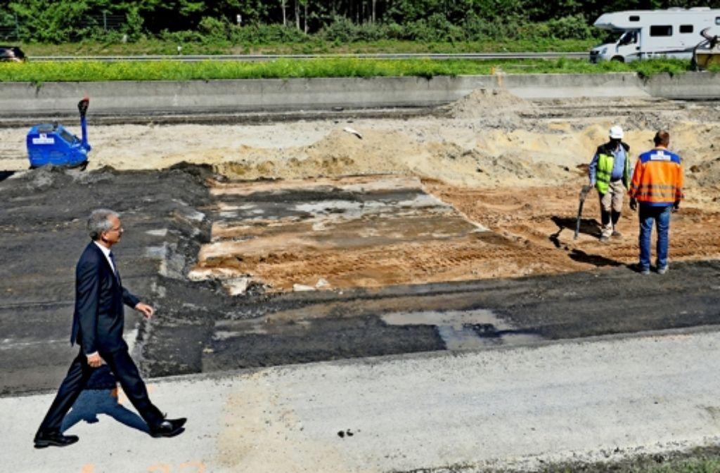 Ein Mächtiger in seinem Land: der Grüne Tarek Al-Wazir ist  stellvertretender Ministerpräsident in Hessen. Hier inspiziert er Schäden  nach einer Bombensprengung  auf der A 3. Foto: dpa
