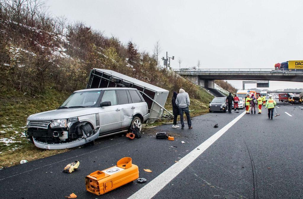 Die A8 bei Leonberg musste am Montagnachmittag komplett gesperrt werden. Foto: SDMG