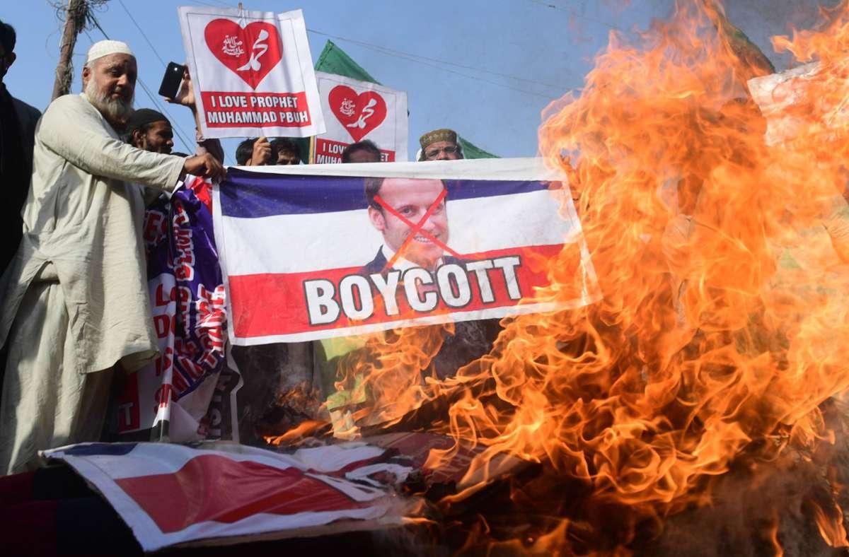 In vielen islamischen Staaten rufen die Menschen wegen der Äußerungen des französischen Präsidenten Macron zum Boykott von französischen Waren auf. Foto: AFP/ASIF HASSAN
