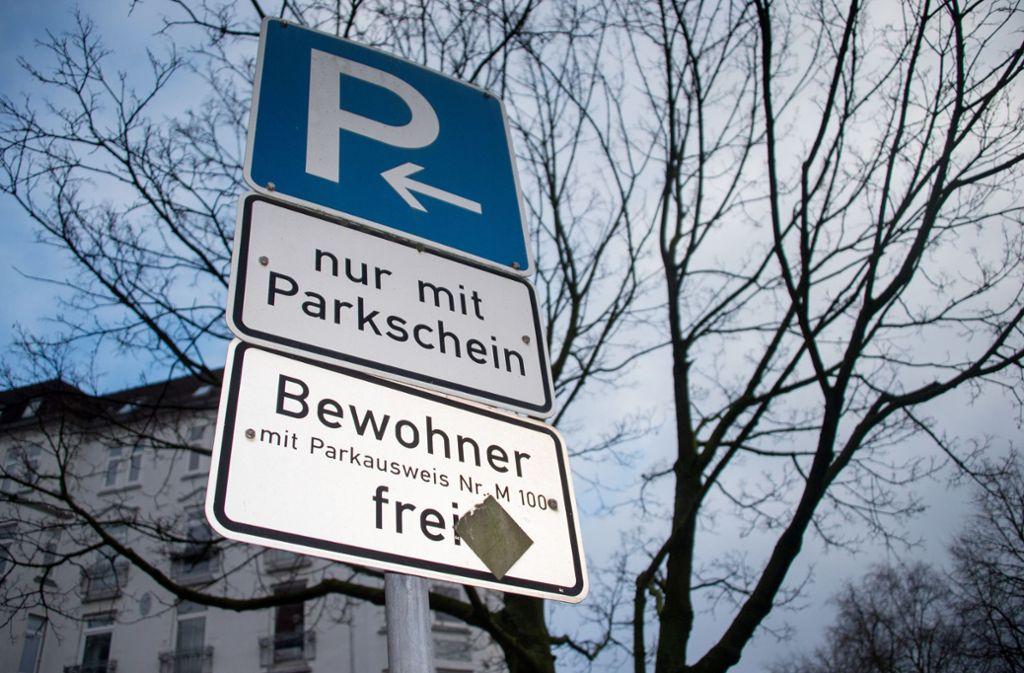 Werden Anwohner-Parkausweise künftig teurer? Foto: dpa/Axel Heimken