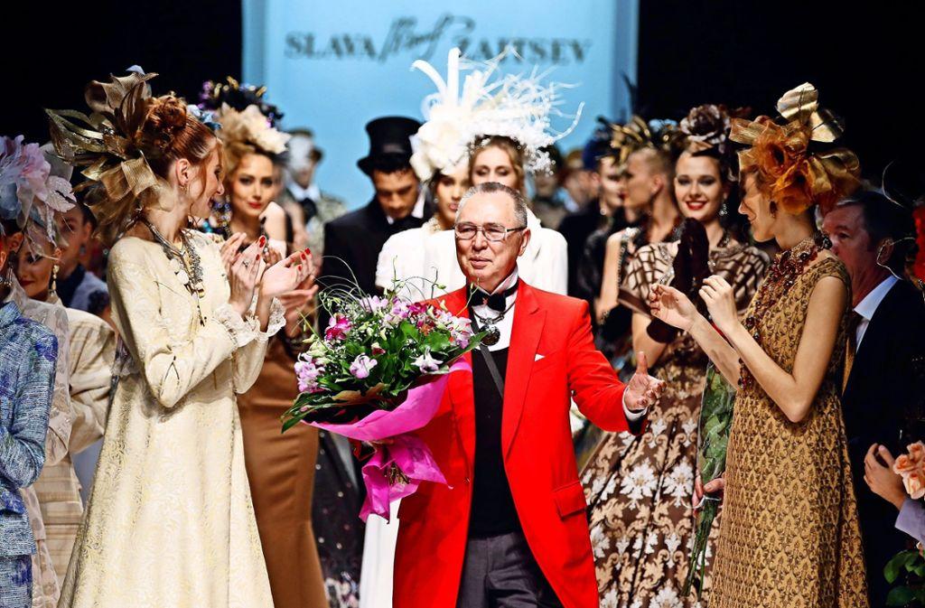 """Der """"rote Dior"""", Slava Zeitsev, einer der bekanntesten Modedesigner Russlands während der Fashion Week in Moskau 2014. Er hat viele Präsidentengattinnen eingekleidet. Foto: Getty Images Europe"""