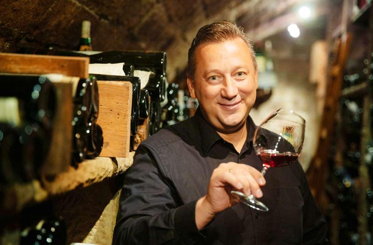 Weinexperte Andreas Scherle in seinem exquisiten Weinkeller Foto: Lichtgut/Leif Piechowski