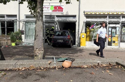 Auto fährt in Schaufenster – Insassin schwer verletzt