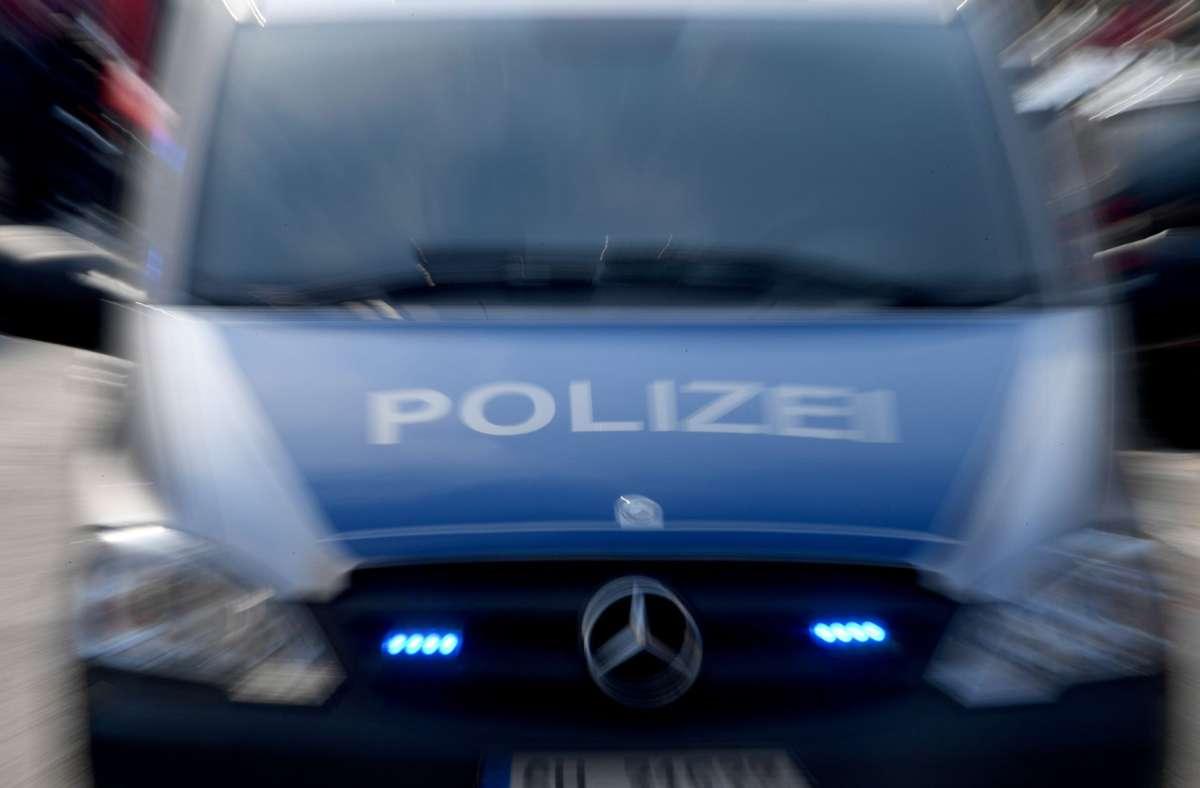 Die Polizei fandet nach dem Täter. (Symbolbild) Foto: dpa/Carsten Rehder