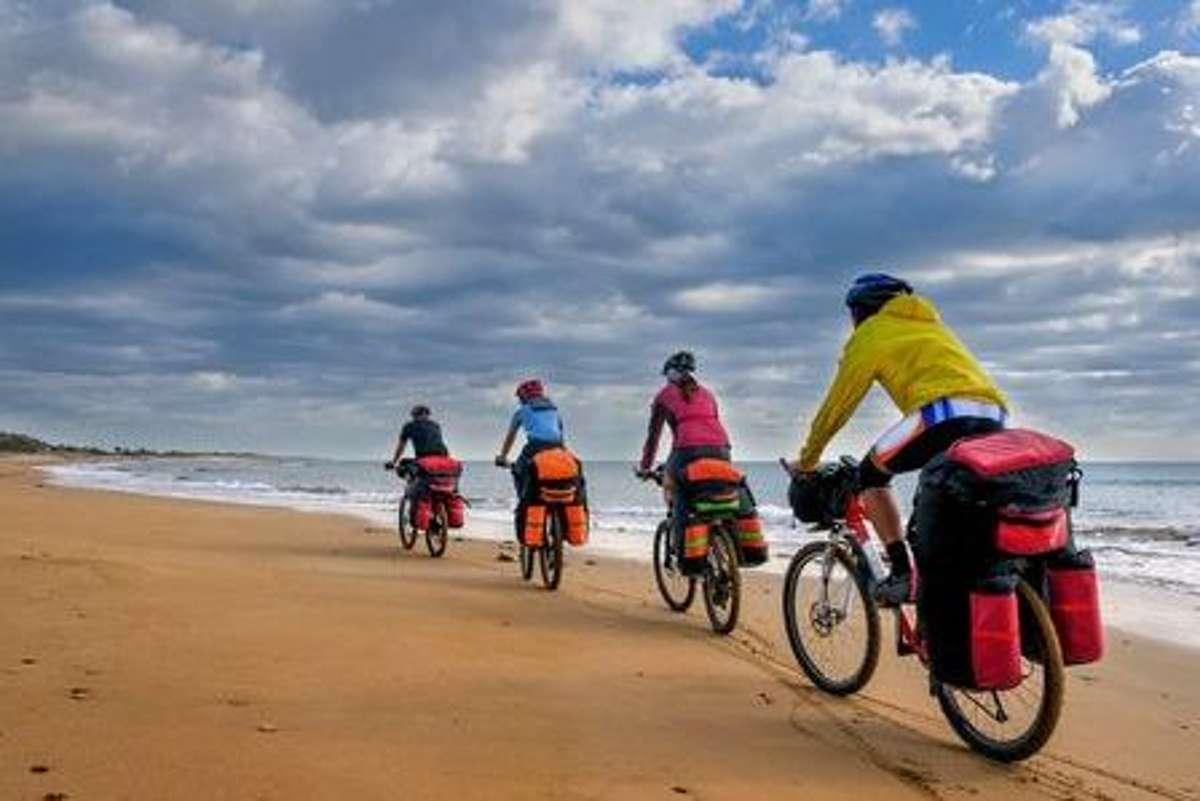 Taschen gepackt und los: Empfehlenswert für die erste Radreise ist eine Route in heimatlichen Gefilden auf gut erschlossenen und nicht zu steilen Routen bzw. Fernradwanderwegen. Foto: Shutterstock/Rosliak Nataliia