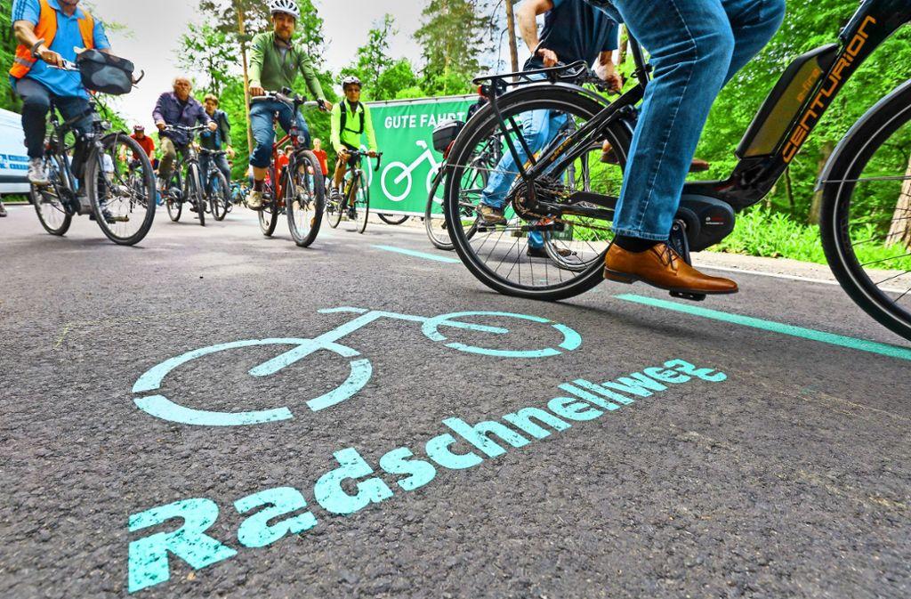 Die Radfahrer nehmen die asphaltierte Strecke zwischen Böblingen und Stuttgart unter die Räder. Foto: factum/
