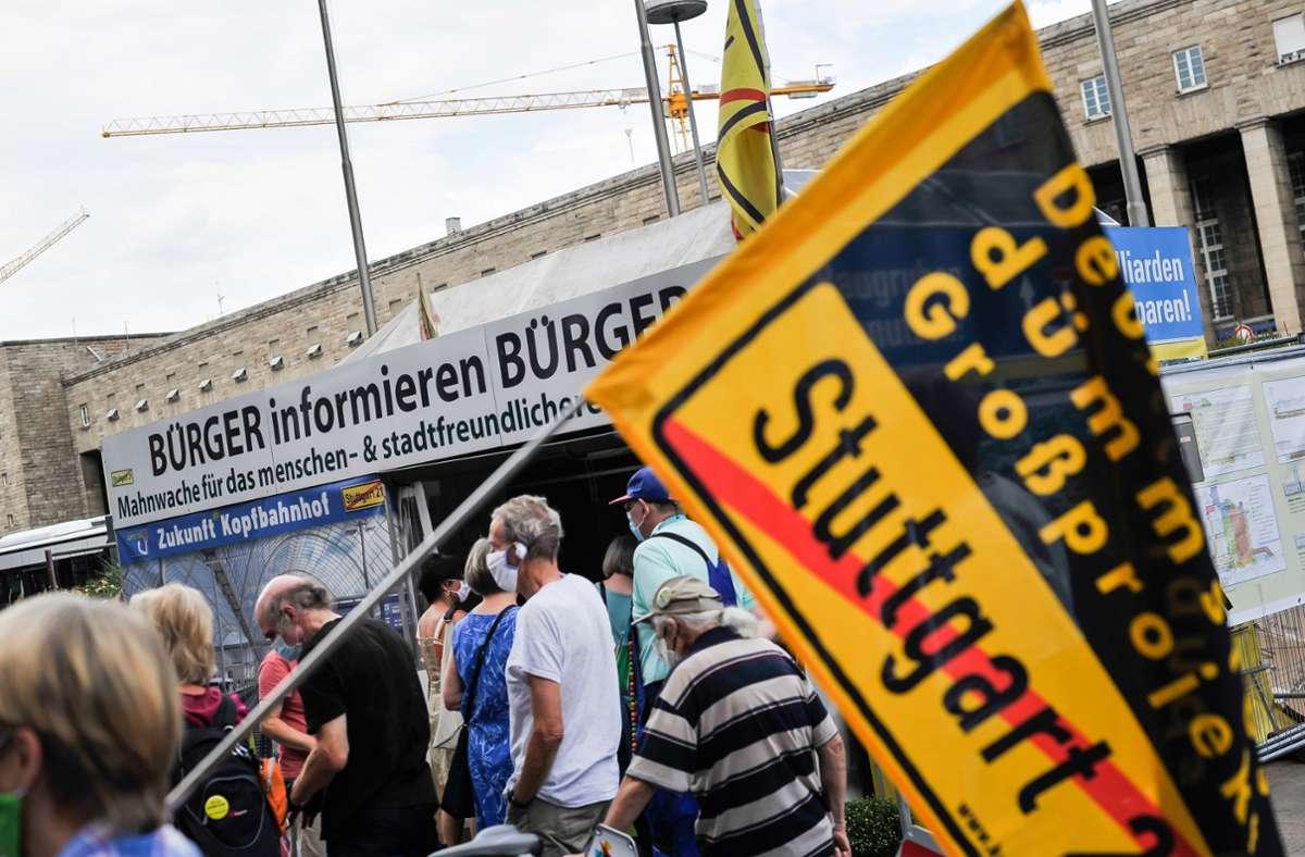 Die Gegner von Stuttgart 21 informieren die Menschen wieder über ihre Anliegen. Foto: Lichtgut/Max Kovalenko