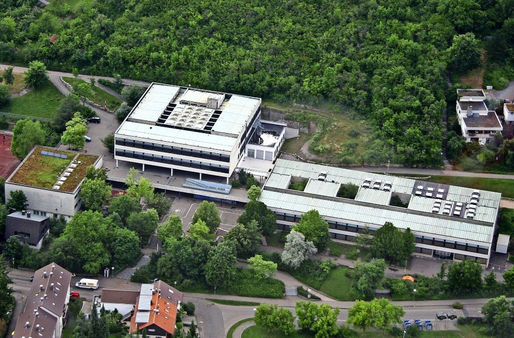 Vor  der August-Lämmle-Schule gibt es wenig Platz für den Neubau einer Mensa. Foto: Vilja Staudt