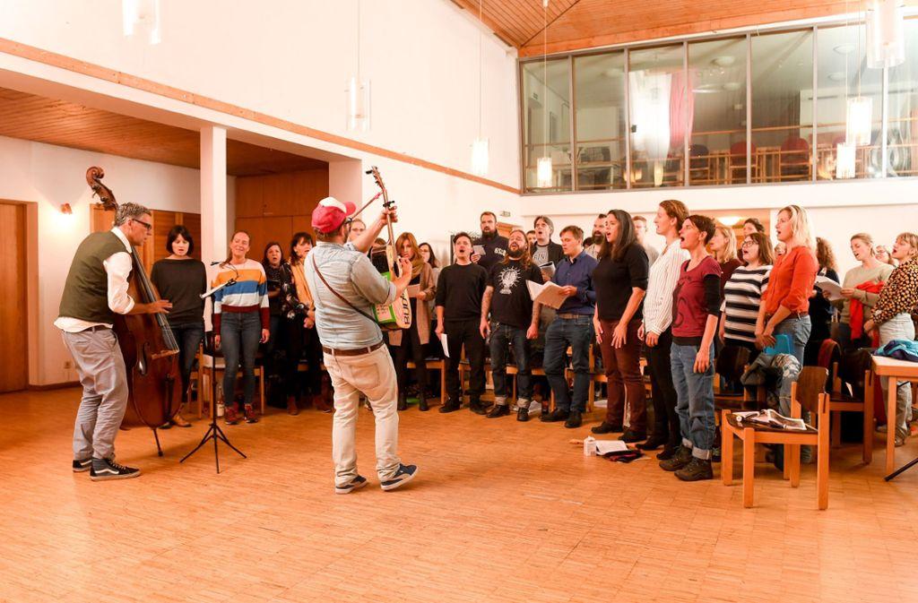 Der Bud-Spenzer-Heart-Chor beim Proben: Echt hardcore, wie die jüngeren Mitglieder sagen würden.  Foto: dpa