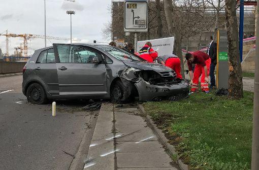 Auto fährt gegen Baum