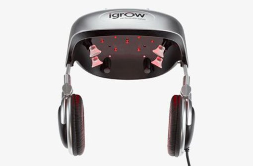 Das Problem kennen vor allem Männer: Irgendwann, meist im mittleren Alter, beginnt das Haar auszudünnen. Nach und nach weichen die lichten Stellen dann einer Glatze. Wer nicht gleich eine Haartransplantation machen lassen möchte, für den ist der Hands Free Hair Rejuvenator iGrow vielleicht eine Alternative. Der aufsetzbare Helm für zu Hause arbeitet mit 21 niederenergetischen Lasern und  30 LEDs, die mit pulsierendem Rotlicht die Haarzellen stimulieren. Das Ergebnis im besten Fall: volleres Haar. Zwischen vier und sechs Monate muss man aber wohl Geduld haben, bis die ersten Ergebnisse sichtbar sind. 20 bis 25 Minuten dauert eines der gespeicherten fünf Programme, die sich für Männer ebenso eignen wie für Frauen und nach Angaben des Herstellers nicht weh tun. Damit es dabei nicht zu langweilig wird, auch Kopfhörer eingebaut, die man einfach mit einem iPod verbinden kann.  Der ist im Lieferumfang allerdings nicht inbegriffen. Hands Free Hair Rejuvenator, 699,95 US-Dollar, www.hammacher.com Foto: Hersteller