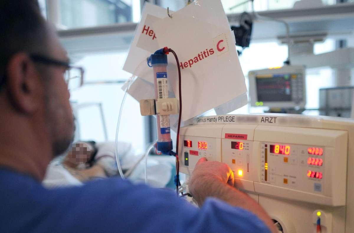 Das Karolinska-Instituts teilte am Montag die Entscheidung mit, die Entdeckung der Krankheit Hepatitis-C zu würdigen – hier ein Pfleger bei der Behandlung eines Patienten. Foto: dpa/Angelika Warmuth