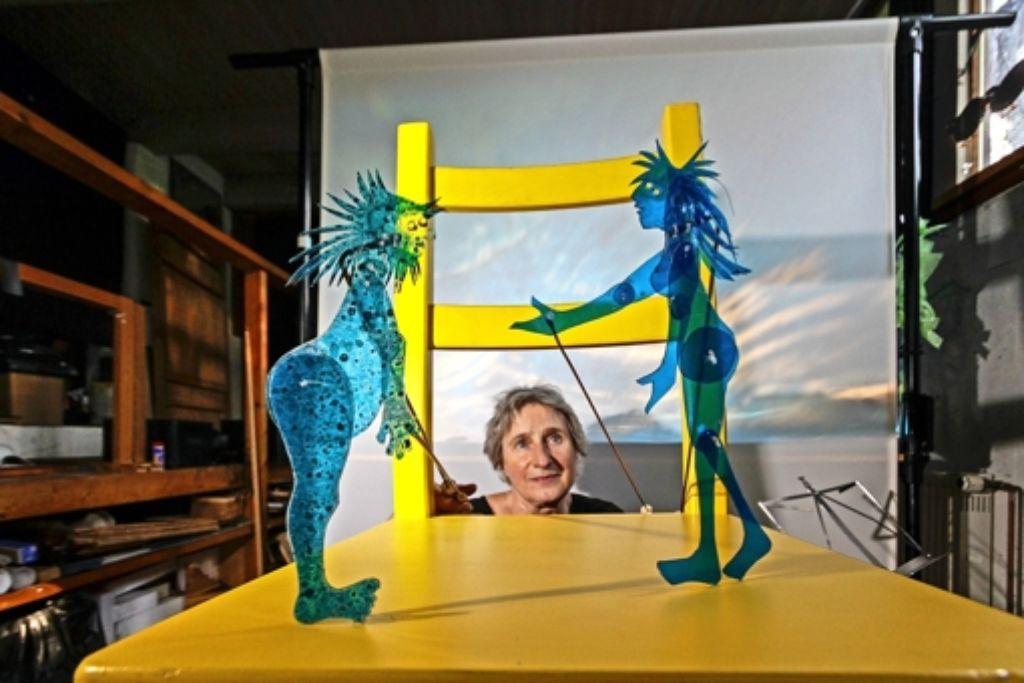 Strippenzieherin: Adelheid Kreisz mit ihren Figuren Foto: factum/Granville