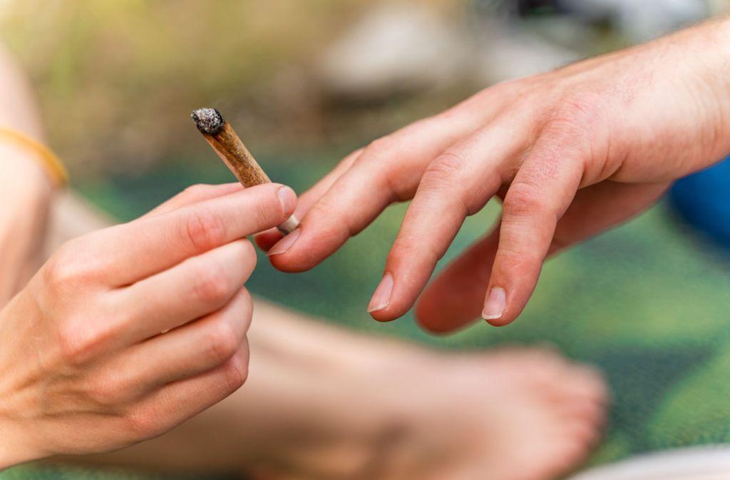 Ein Streit um einen Joint ist in Calw eskaliert. (Symbolbild) Foto: Shutterstock/Julian Wiskemann