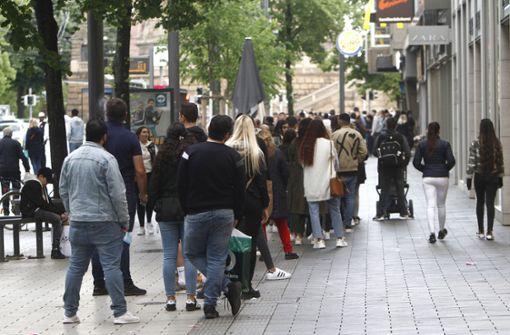 Schnäppchenjäger stürmen  Innenstadt – Polizei ruft zusätzliche Beamte