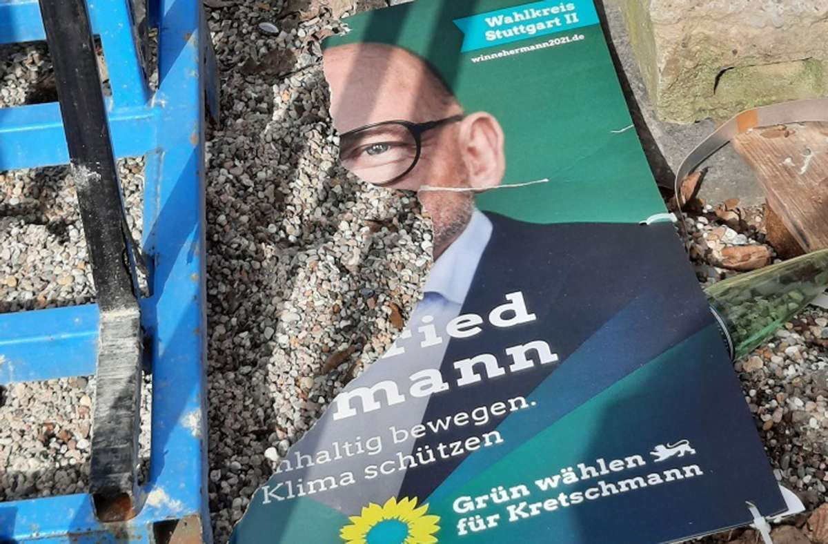 Das Wahlplakat ist zerrissen und liegt am Boden. Foto: privat