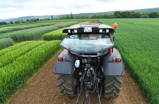 Traktor landet in der Enz
