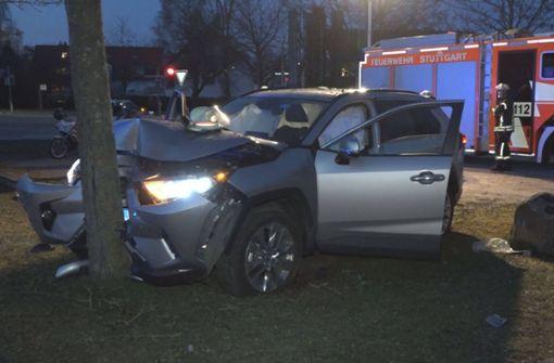Autofahrer kracht gegen Baum und verletzt sich schwer