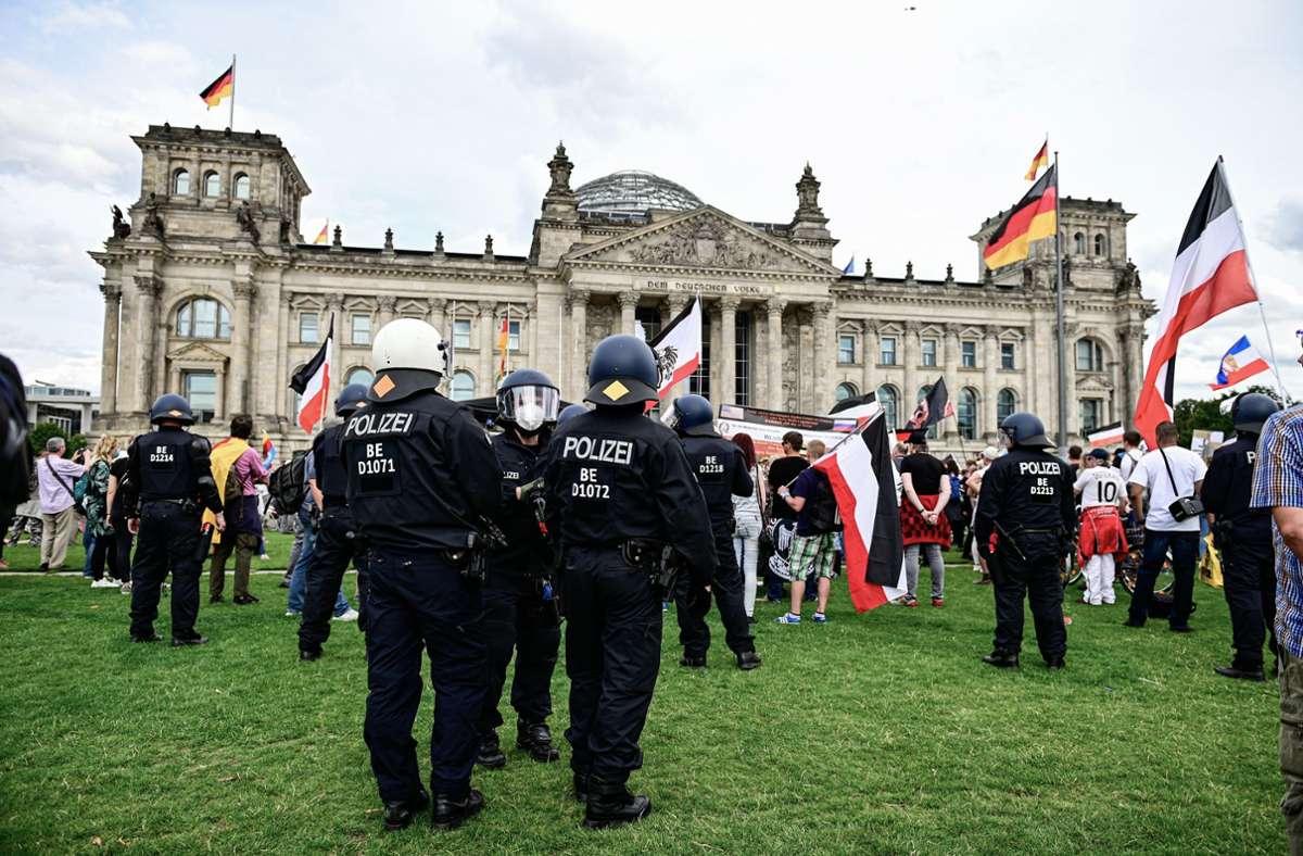 Die Demonstranten versammelten sich auch vor dem Reichstagsgebäude. Foto: dpa/Fabian Sommer