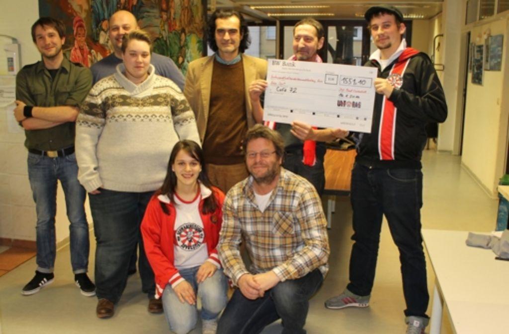 Spendenübergabe im Café 72: Mitglieder des Schwabensturm haben 1500 Euro für die Einrichtung der Ambulanten Hilfe gesammelt. Foto: Maira Schmidt