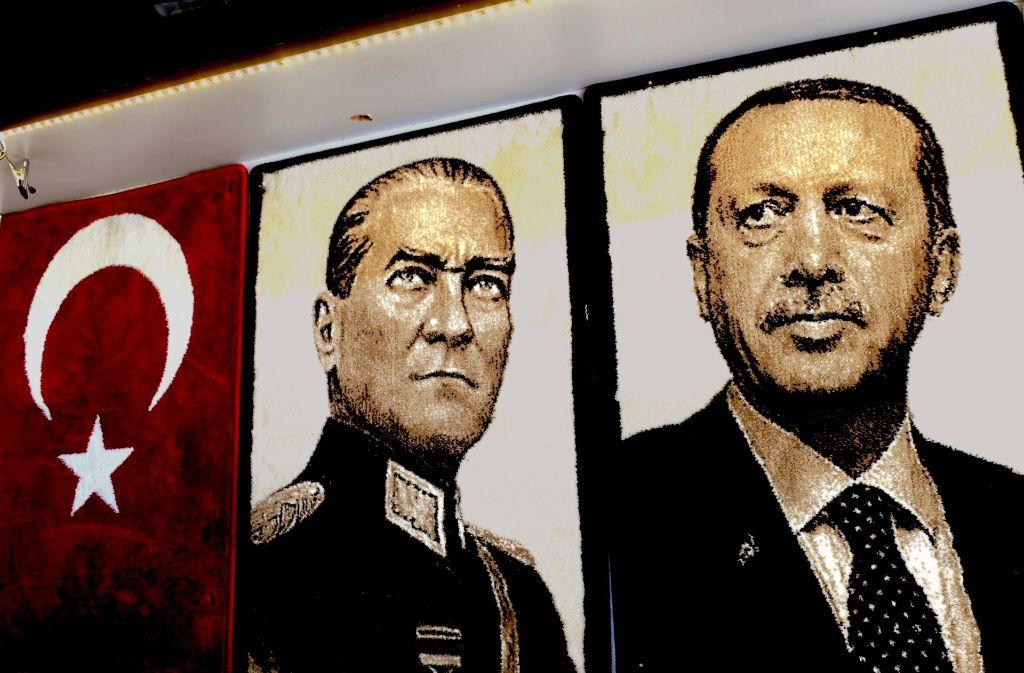 Kemal Atatürk hat die moderne Türkei geschaffen. Recep Tayyip Erdogan (rechts) beseitigt die Demokratie. Foto: AFP