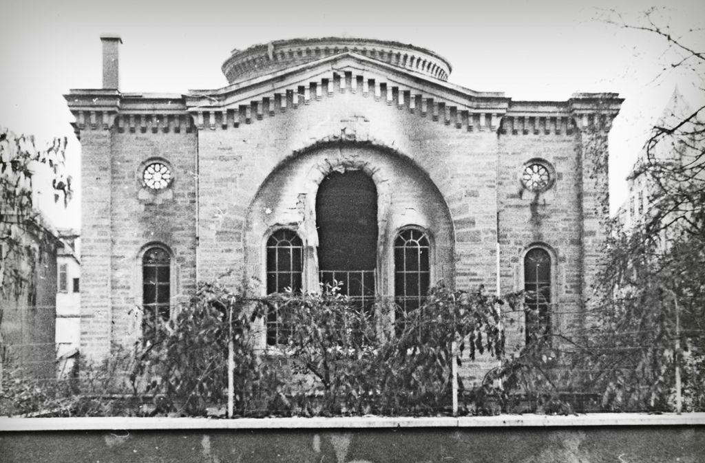 Die Aufnahme eines Zeitzeugen, ehe Mitglieder der jüdischen Gemeinde die Ruine der Synagoge dem Erdboden gleichmachen mussten. Das Bild von der Synagoge in Flammen ist eine Fotomontage. Foto: Stadtarchiv