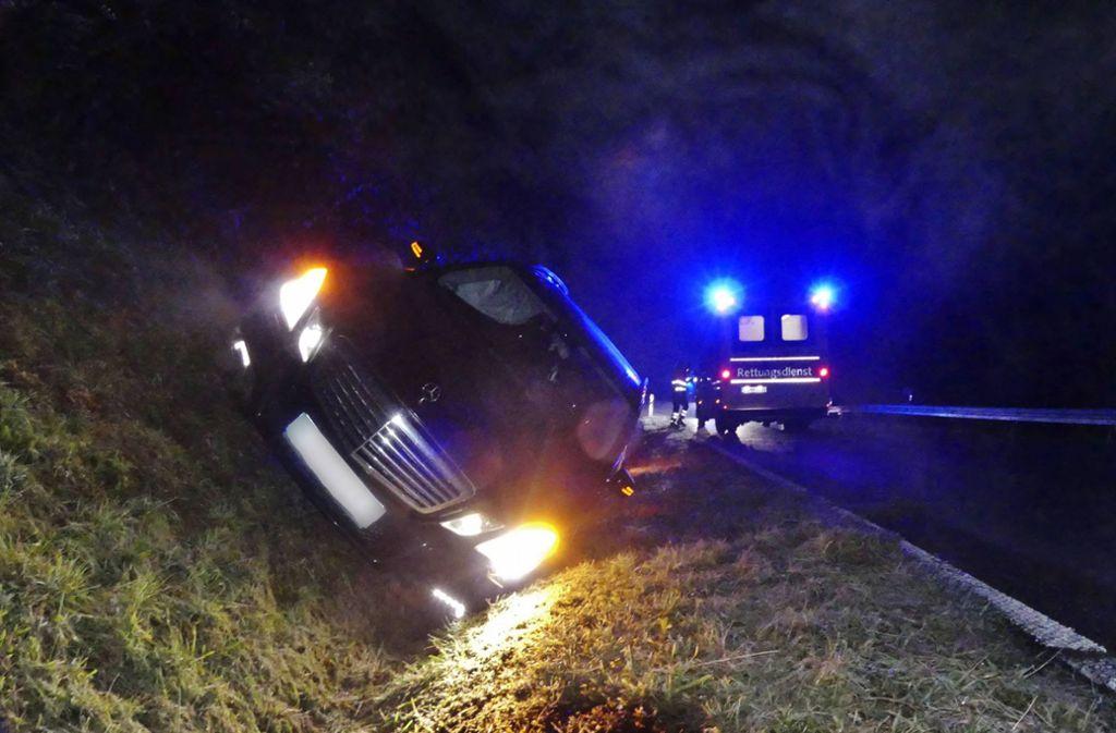 Beim Überholen kommt der Mercedes-Fahrer von der Straße ab. Foto: 7aktuell.de/Kevin Lermer