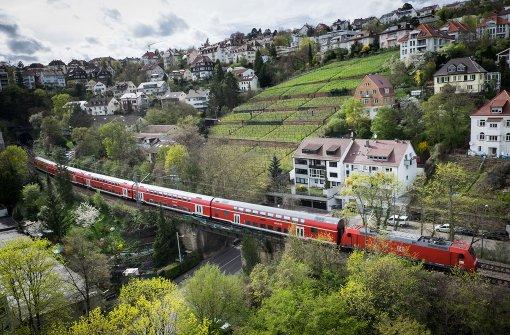 Über die sogenannte Panoramastrecke der Gäubahn könnte der öffentliche Nahverkehr im Stuttgarter Kessel entlastet werden. Foto: Lichtgut/Achim Zweygarth