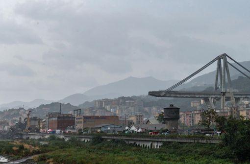 Betonteile lösen sich von Autobahnbrücke in L'Aquila