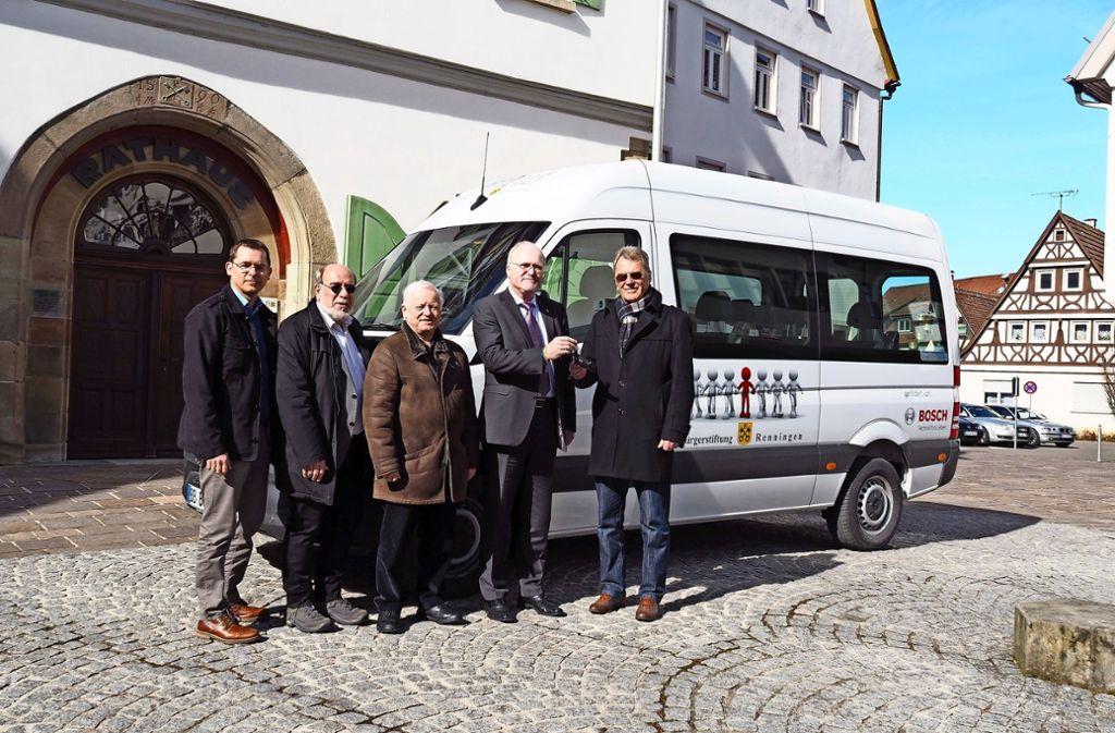 Symbolisch überreicht Bernhard Maier  den Autoschlüssel an Bürgermeister Wolfgang Faißt (von rechts). Vom Rathaus aus wird der Verleih koordiniert. Foto: kle